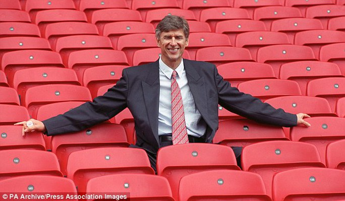 HLV Wenger trong những ngày đầu ở Arsenal