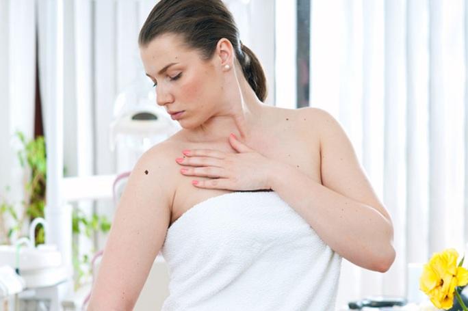 Triệu chứng chính của ung thư da tế bào vảy là một vết sưng ngày càng tăng trên bề mặt, dày và có vảy.