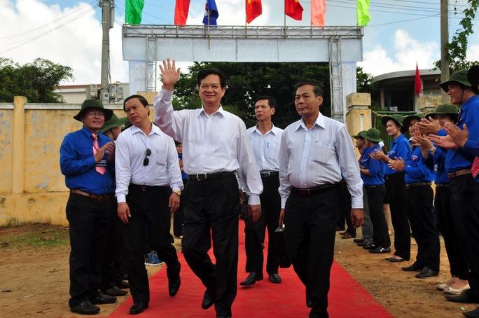 Thủ tướng Chính phủ Nguyễn Tấn Dũng vẫy tay chào người dân Lý Sơn khi về tham dự lễ khánh thành dự án cấp điện cho huyện đảo Lý Sơn bằng cáp ngầm