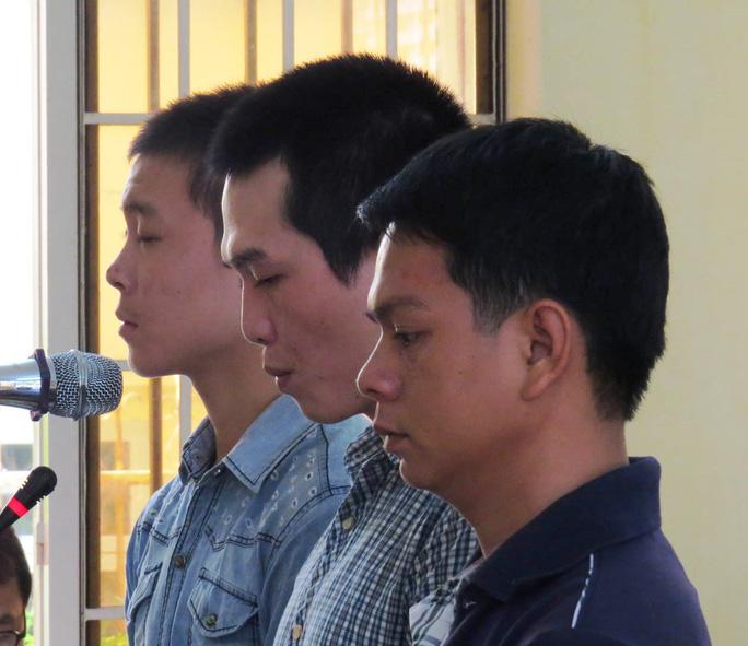 3 bị cáo Khoẻ, Phát, Tâm (từ trái sang phải) trước vành móng ngựa