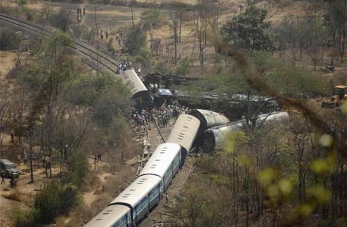 Đầu máy xe lửa kéo theo một số toa trật khỏi đường ray. Ảnh: Reuters