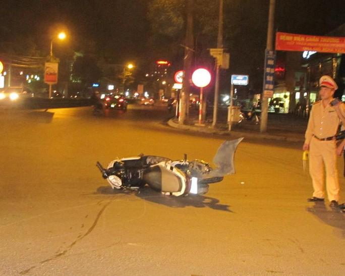 Xe máy bị xế hộp tông bay xa hàng chục mét.