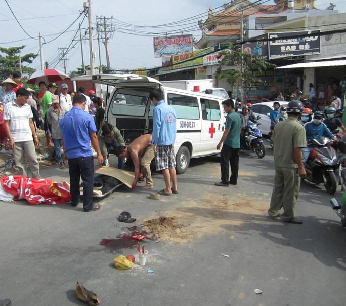Thi thể người phụ nữ xấu số được xe cứu thương đưa khỏi hiện trường