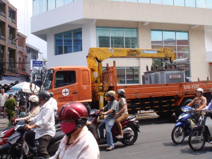Xe cẩu của Công ty Điện lực Chợ Lớn làm chảy số lượng nhớt trên cầu Chà Và khiến nhiều người đi xe máy té ngã vào sáng 21-4.