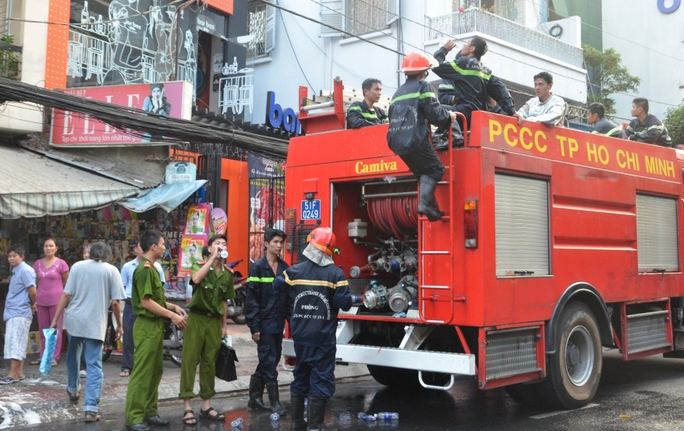 Lực lượng chữa cháy triển khai dập lửa vào chiều 31-3. Ảnh: TÂN TIẾN