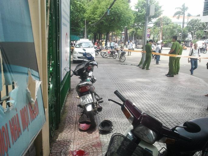 Xe máy nơi ông Lợi ngồi chờ khách trước cổng Thảo Cầm viên cách khá xa nơi taxi tài xế Vinh đậu, nhưng ông Lợi cho rằng taxi đậu choán chỗ, sau đó cãi nhau và ông Lợi bị đâm chết.