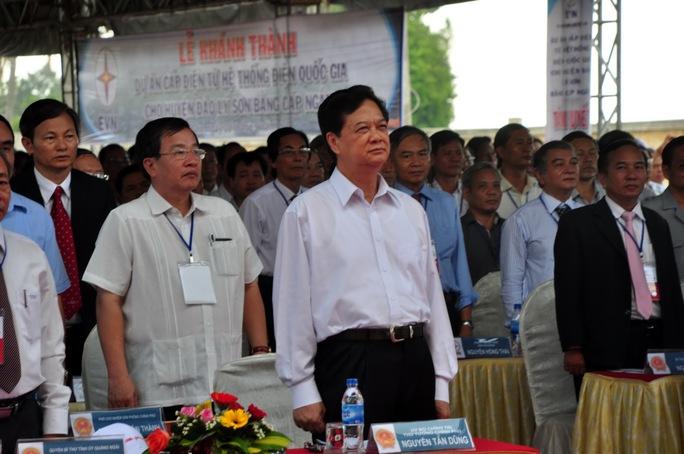 Thủ tướng Chính phủ Nguyễn Tấn Dũng cùng nhiều lãnh đạo các cấp, ngành làmlễ chào cờ.
