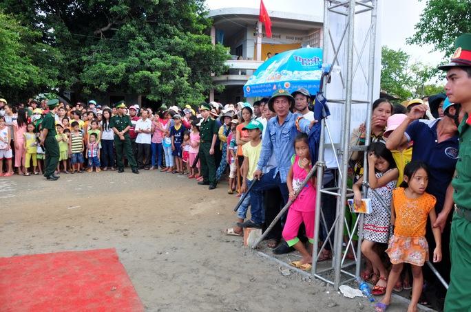 Đông đảo người dân Lý Sơn háo hức đến dự lễ khánh thành, trông chờ nguồnđiện lưới quốc giachính thức được thắp sáng trên đảo