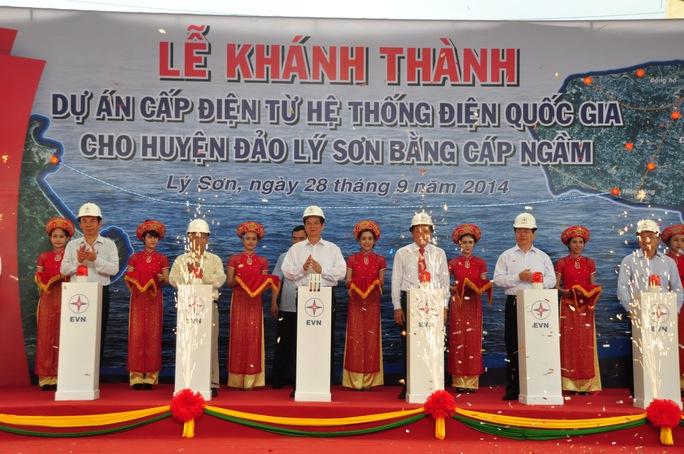 Thủ tướng Chính phủ Nguyễn Tấn Dũng cùng một số đại biểu thực hiện nghi thức kéo cầu dao cấp điện Lý Sơn