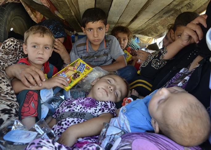 Nhiều phụ nữ và trẻ em bị chôn sống. Ảnh:  Reuters