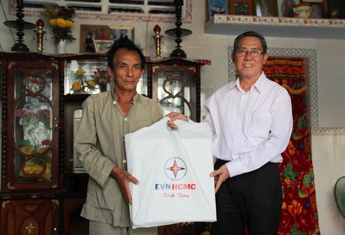 Đại diện EVN HCMC trao quyết định nhà tình nghĩa, quà cho người dân ở xã đảo Thạnh An.