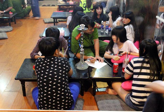 Cơ quan công an tiến hành kiểm tra quán cà phê bán shisha cho học sinh