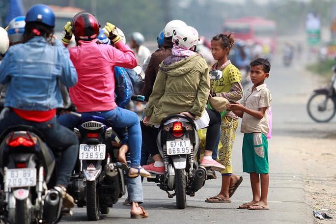 Mỗi khi đèn tín hiệu giao thông chuyển sang đỏ, những đứa trẻ lại lao ra trước đầu xe xin tiền.