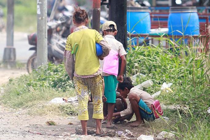 Những đứa trẻ tập trung trên Quốc lộ 1A để ăn xin