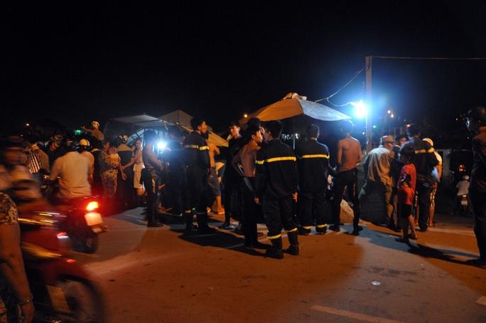 Người dân là lực lượng cứu hộ tập trung rất đông tại bến phà Phú Định tối 12-7.