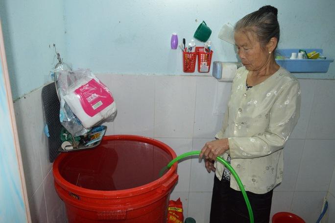 Người dân phải thức đêm để trữ nước sinh hoạt