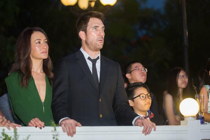 Maggie Q và chồng sắp cưới cùng bé Tê Giác