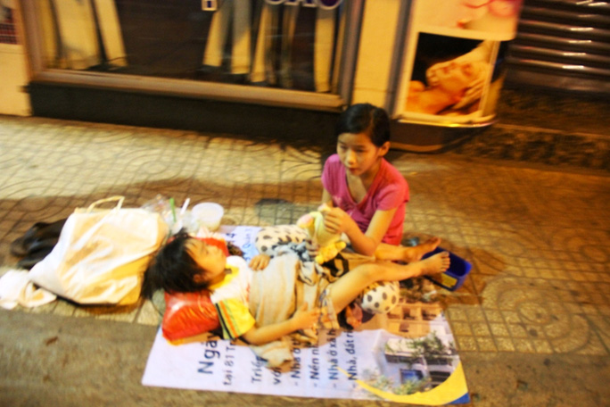 Khu vực quận 5, đêm 1-1-2015 ăn xin vẫn túa ra đường để xin tiền.