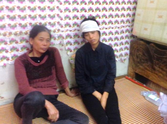Chị Nguyễn Thị Thơm (bìa phải) vẫn chưa hết bàng hoàng và đau đớn trước cái chết của mẹ chồng và 2 con trai