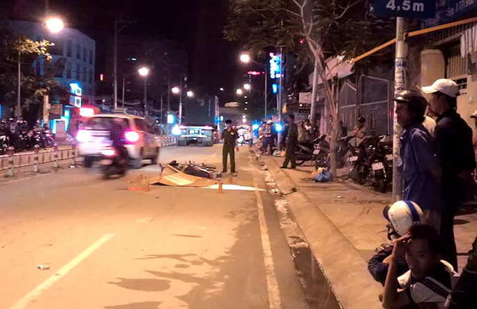 Hiện trường vụ tai nạn va chạm giữa xe máy và xe container.