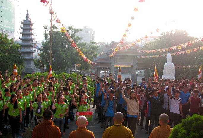Tình nguyện viên và thí sinh huyện đảo Phú Quý tham dự Lễ ra quân