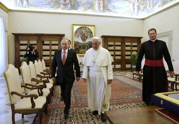 Ôn Putin gặp Giáo hoàng Francis. Ảnh: New York Times