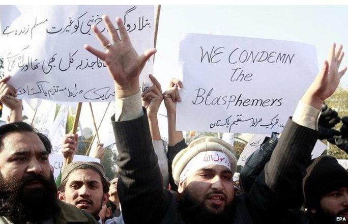 Người biểu tình ở Pakistan phản đối tuần báo Pháp. Ảnh: EPA