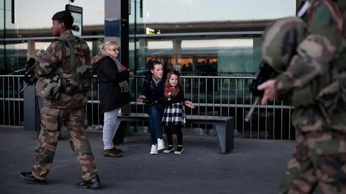 Binh sĩ Pháp tuần tra ở sân bay Charles de Gaulle. Ảnh: AP