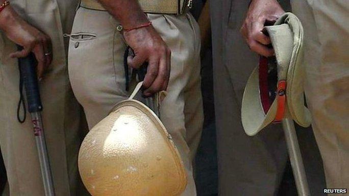 Cảnh sát Ấn Độ tập trung ở ngôi làng Ajitpur hôm 18-1. Ảnh: Reuters