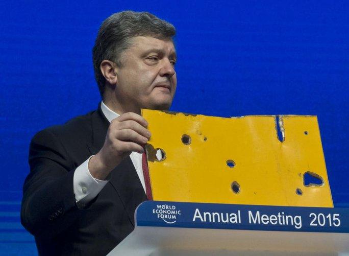 Tổng thống Ukraine Petro Poroshenko phát biểu tại Davos hôm 21-1. Ảnh: AP