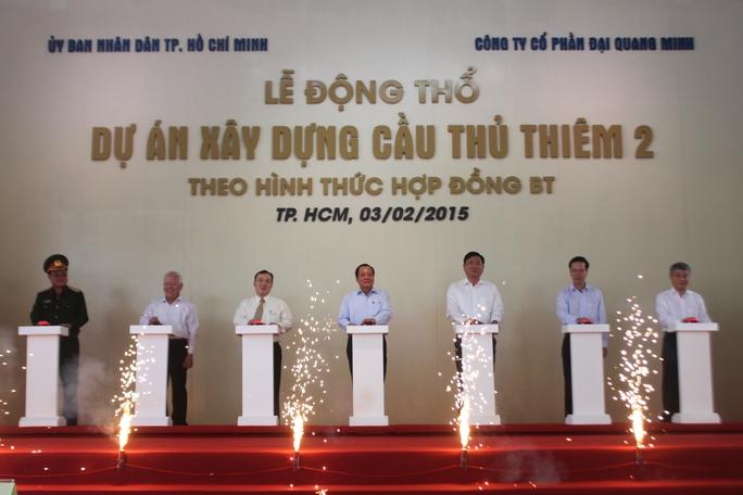 Lãnh đạo TP HCM và Bộ trưởng Đinh La Thăng (thứ ba, từ phải qua) đến dự lễ động thổ cầu Thủ Thiêm 2