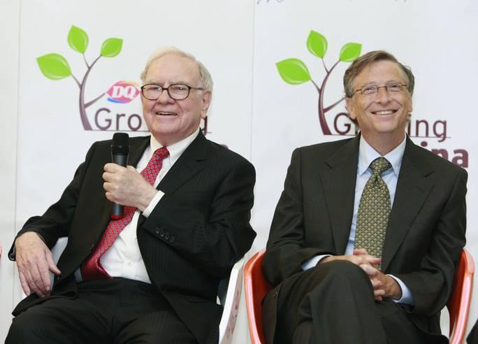Bill Gates (phải) và Warren Buffett (trái), hai tỉ phú Mỹ góp mặt trong tốp 3 người giàu nhất thế giới. Ảnh: Sarawak Focus