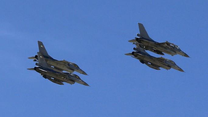 Chiến đấu cơ Jordan trở về sau khi hoàn thành chiến dịch không kích hôm 4-2. Ảnh: Reuters