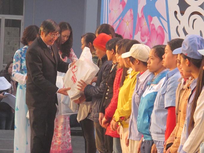 Lãnh đạo Tổng LĐLĐ Việt Nam trao vé xe và quà Tết cho công nhân có hoàn cảnh khó khăn để có một cái Tết đầm ấm, sum vầy bên gia đình.