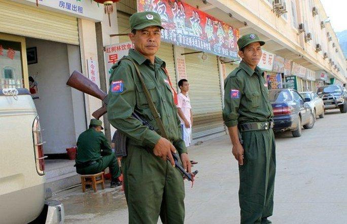 Thành viên lực lượng MNDAA cùng một số nhóm sắc tộc vũ trang khác đang chiến đấu chống quân chính phủ ở bang miền Đông Bắc Shan. Ảnh: DVB