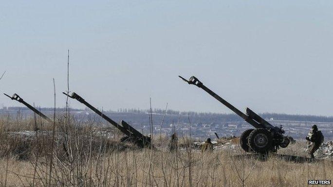 Các khẩu pháo của quân đội Kiev bên ngoài thị trấn Debaltseve. Ảnh: Reuters