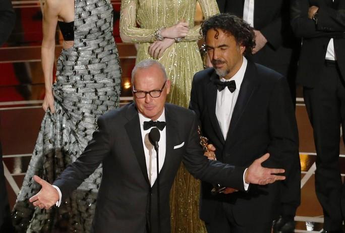 Michael Keaton (trái) và đạo diễn Alejandro Inarritu phát biểu sau khi phim Birdman được vinh danh