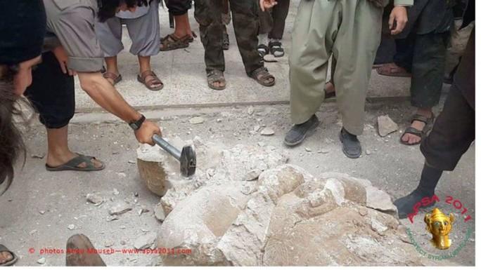 IS pha hủy tượng ở TP Mosul. Ảnh: Channel4