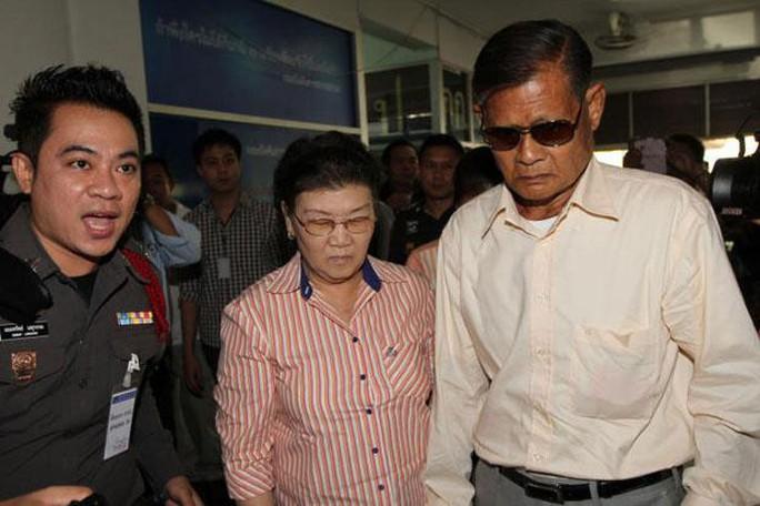 Ông Apiruj Suwadee (phải) và bà Wanthanee Suwadee (giữa) bị cảnh sát bắt hôm 27-2. Ảnh: Bangkok Post