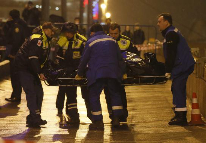 Thi thể ông Nemtsov được đưa lên xe cứu thương. Ảnh: Reuters