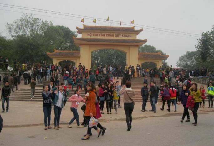 Rất đông du khách tấp nập về hội Lim