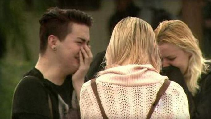 Học sinh trường El Dorado đau buồn trước cái chết của cô giáo. Ảnh: CBS Los Angeles