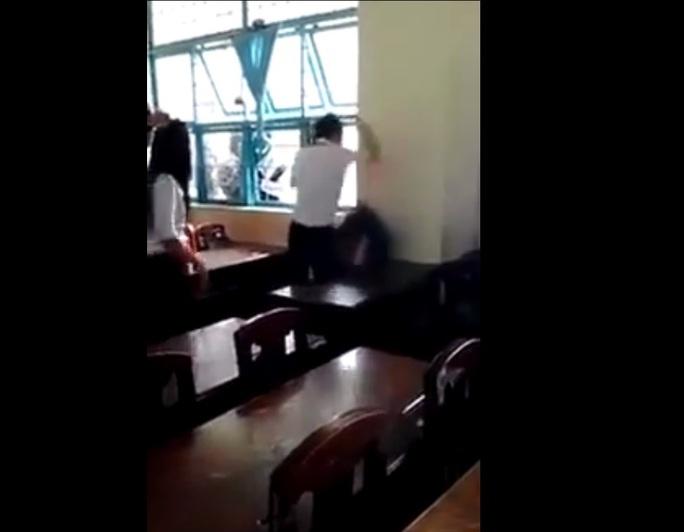 Phẫn nộ clip nhóm học sinh đánh bạn dã man bằng ghế