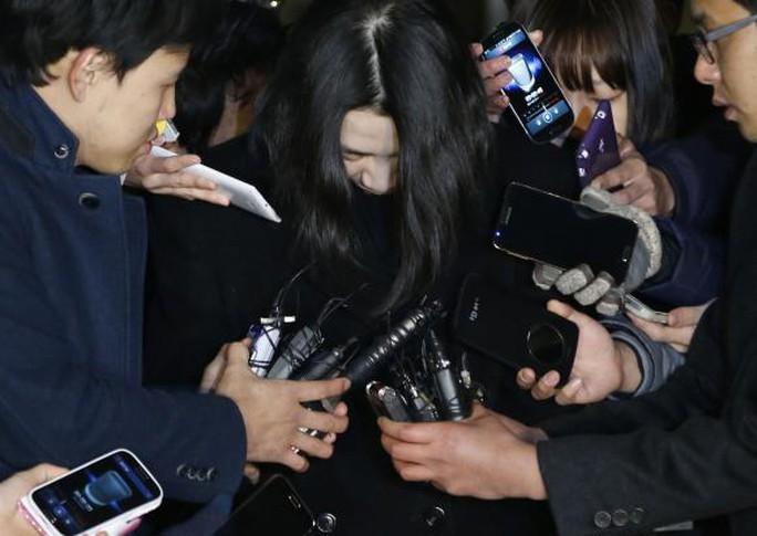 Bà Cho Hyun-ah (giữa) bị truyền thông vây quanh ngày 30-12-2014. Ảnh: Reuters