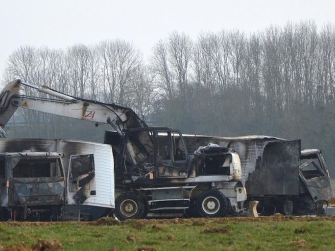 Cảnh sát tìm thấy hai chiếc xe tải bị đốt cháy nhưng số nữ trang thì biến mất. Ảnh: AP