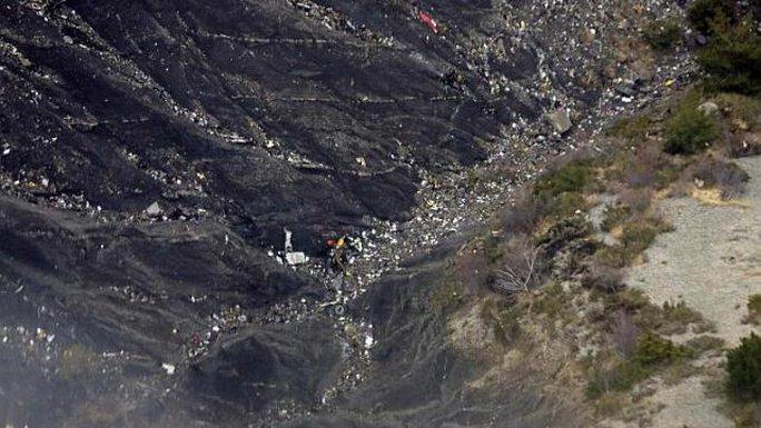 Các mảnh vở của chiếc Airbus 320 số hiệu 4U9525 nằm rải rác ở một khe núi thuộc dãy Alps (Pháp). Ảnh: EPA