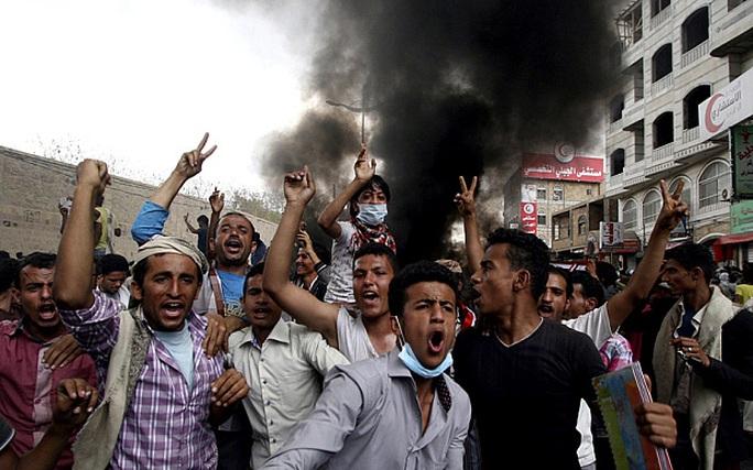Người biểu tình phản đối Tổng thống Yemen Abd-Rabbu Mansour Hadi ở TP Taiz. Ảnh: Reuters