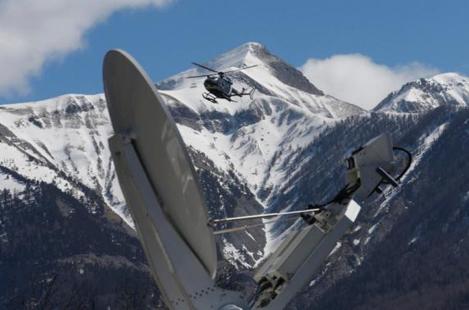 Máy bay cứu hộ quần thảo trên dãy Alps ở nước Pháp, nơi chuyến bay 4U9525 gặp nạn. Ảnh: Reuters