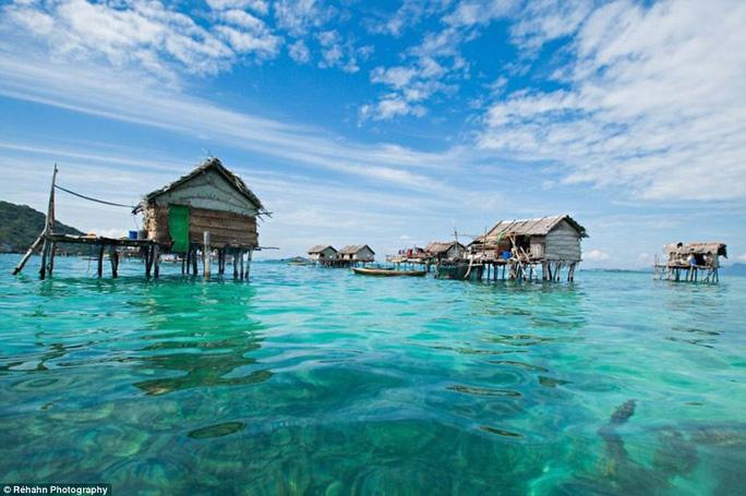 Những ngôi nhà nổi của người Bajau. Ảnh: Daily Mail