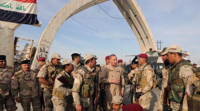 Bộ trưởng Quốc phòng Iraq Khalid al-Obeidi (giữa) nói chuyện với lực lượng tham gia tái chiếm Tikrit. Ảnh: AP